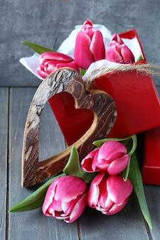Bei tulipani rosa con scatola regalo e cuore in legno