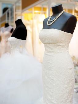 Bei vestiti da sposa su un manichino