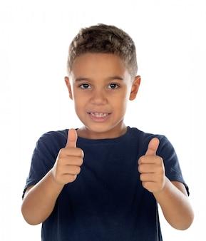 Bel bambino latino che dice ok
