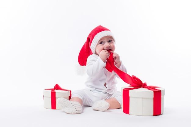Bel bambino seduto in un berretto di capodanno