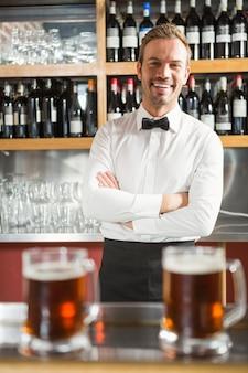 Bel barista che incrocia le braccia