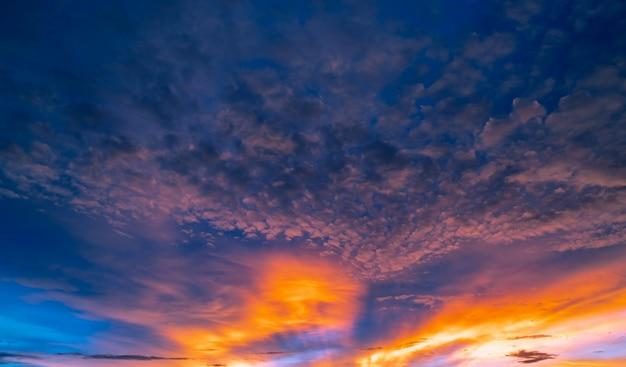 Bel cielo al tramonto. cielo e nuvole dorati ed arancio con il raggio di sole. dio concetto di luce.