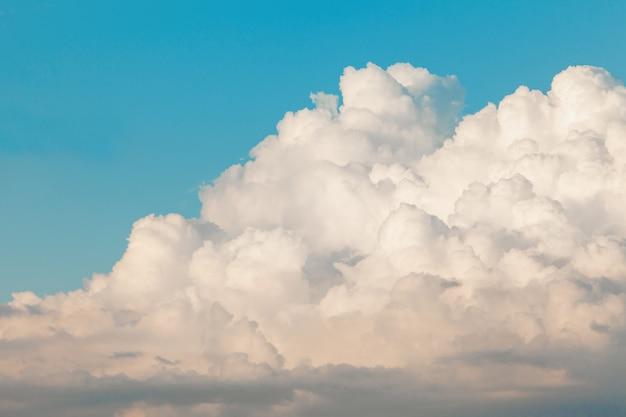Bel cielo azzurro con nuvole bianche