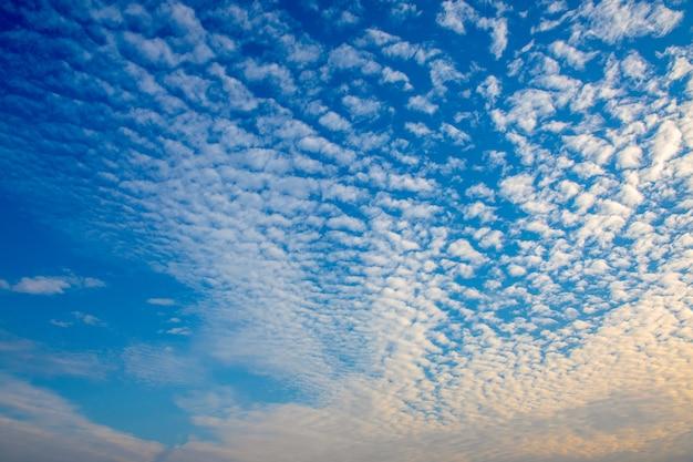 Bel cielo con molte nuvole bianche al mattino.