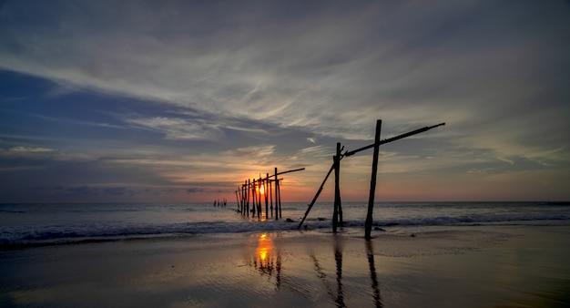 Bel cielo drammatico di alba e tramonto