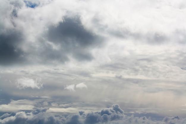 Bel cielo e nuvole coprono il sole