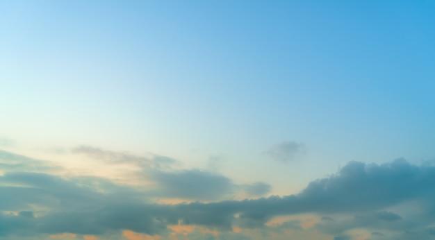 Bel cielo e nuvole paesaggio