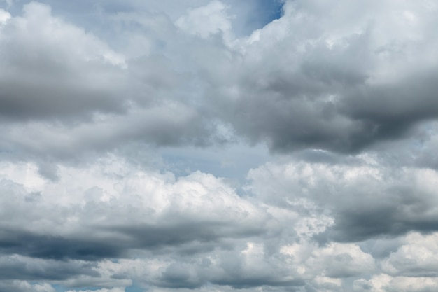 Bel cielo nuvoloso affollato prima della pioggia