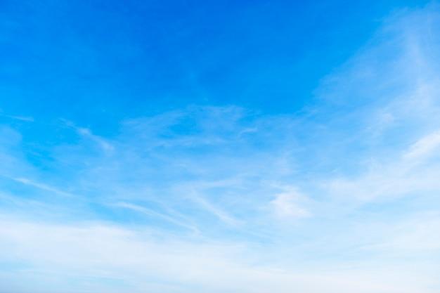 Bel cielo sfumato dal bianco al blu