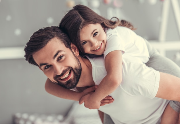 Bel giovane papà e la sua piccola figlia carina.