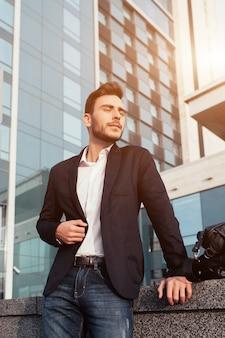 Bel giovane uomo d'affari con la barba e in un tailleur
