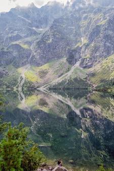 Bel lago di montagna