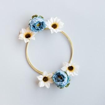 Bel matrimonio floreale con cerchio d'oro