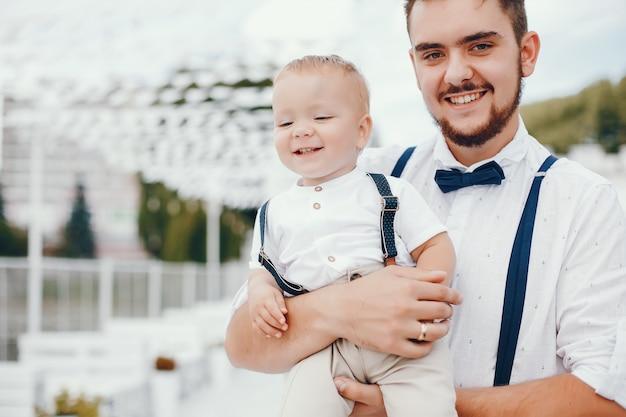 Bel padre con il piccolo figlio carino