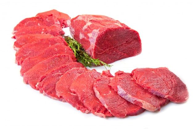 Bel pezzo di carne rossa e bistecca isolato su bianco