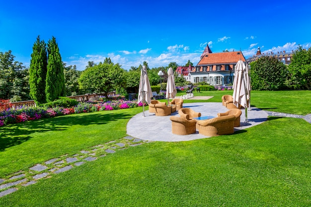 Bel prato con un posto per rilassarsi in un hotel di lusso sul lago lemann. ricca decorazione.