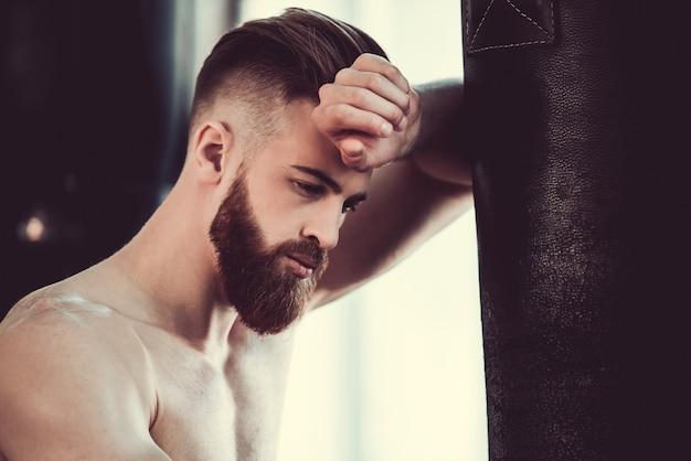 Bel pugile barbuto
