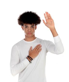 Bel ragazzo afro con la sua mano destra sul cuore