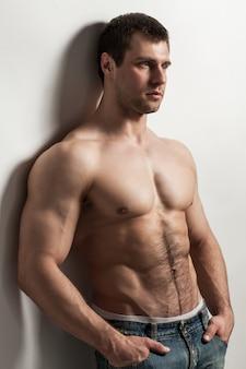 Bel ragazzo muscoloso con torso nudo