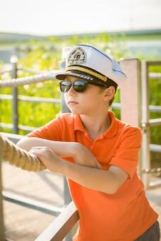 Bel ragazzo parla della corda nel cappello del capitano