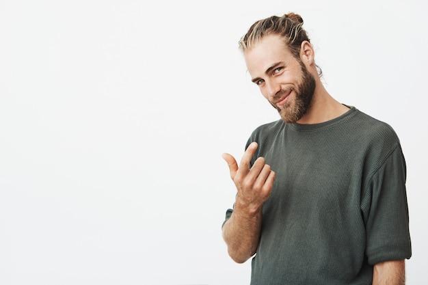 Bel ragazzo virile con la barba