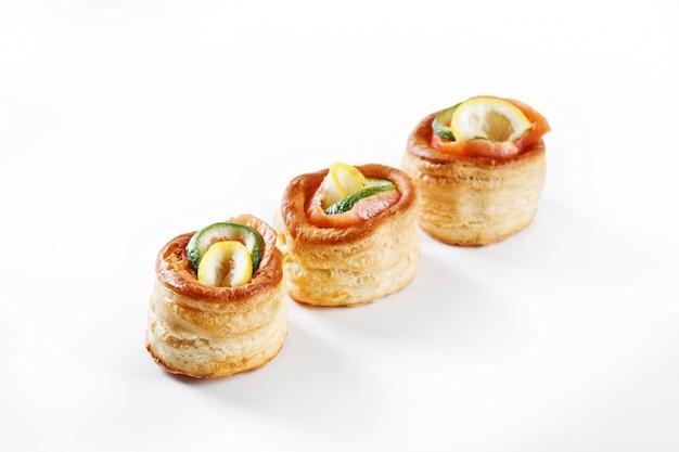 Bel set di tartine di pancake arrotolate con limone, lime e salmone