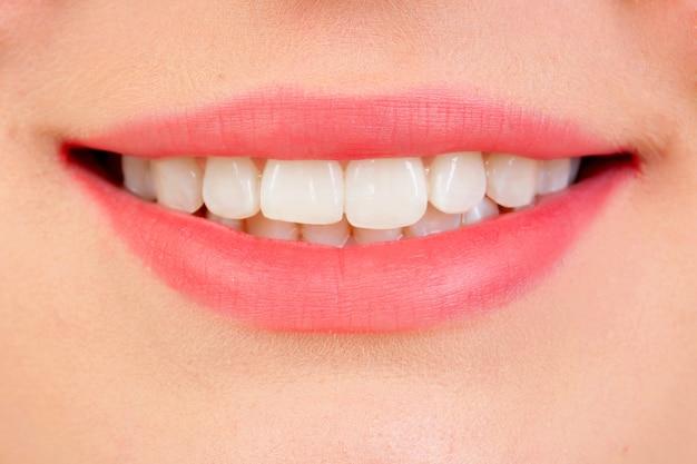 Bel sorriso con i denti bianchi