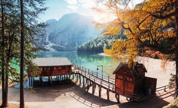 Bel tempo. buon paesaggio con le montagne. luogo turistico con edificio in legno e pera