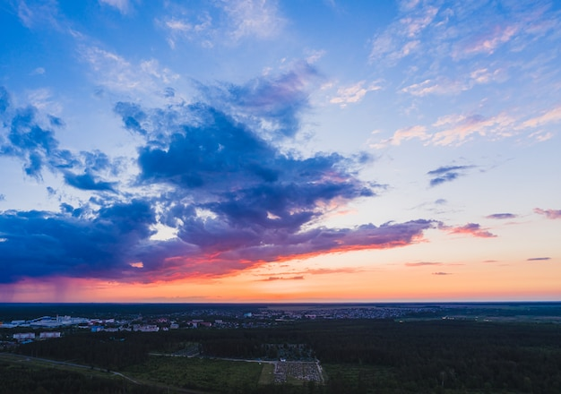 Bel tramonto con sfumature di colori caldi tra le nuvole