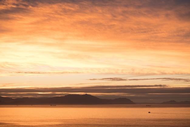 Bel tramonto in spiaggia