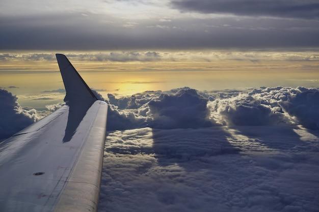 Bel tramonto su un mare di nuvole dal sedile di un aereo