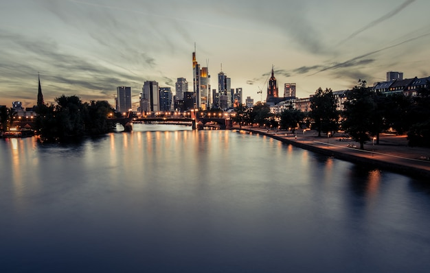 Bel tramonto su uno scenario di città