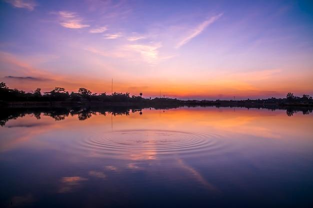 Bel tramonto sul lago.