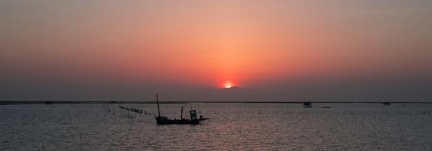 Bel tramonto sul mare con nave