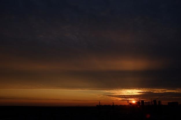 Bel tramonto sulla città. il cielo notturno con il sole al tramonto.