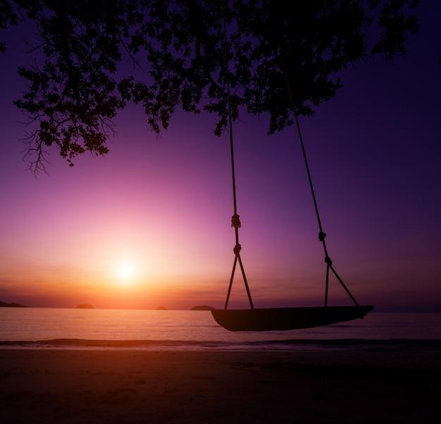 Bel tramonto sulla spiaggia ai tropici. cielo e oceano