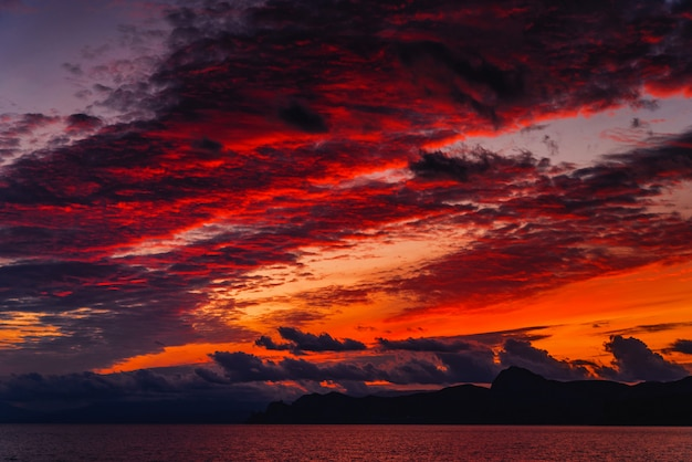 Bel tramonto viola sulla costa del mare
