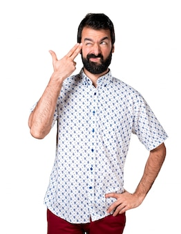 Bel uomo brunetta con la barba facendo il gesto suicida