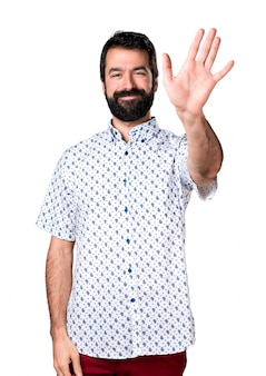Bel uomo brunetta con la barba salutando