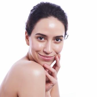 Bel viso di giovane donna adulta con pelle fresca pulita - isolato su bianco