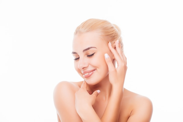 Bel viso di giovane donna adulta con pelle fresca pulita