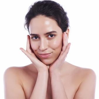 Bel viso di giovane donna adulta con pelle pulita fresca