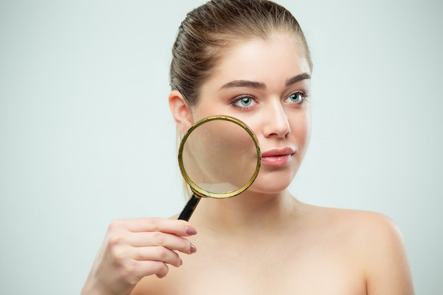 Bel viso di giovane donna con pelle pulita fresca