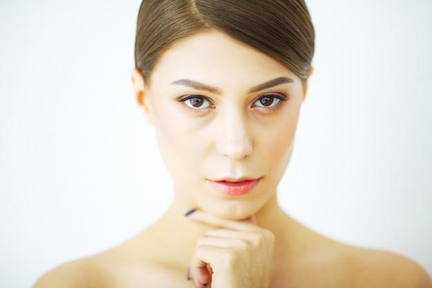 Bel viso di giovane donna con una pelle perfetta