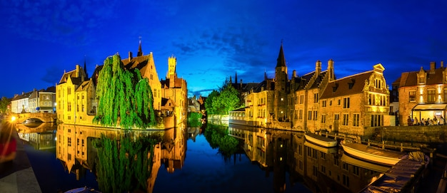 Belgio, brugge, antica città europea con canali fluviali, paesaggio urbano notturno, vista panoramica.