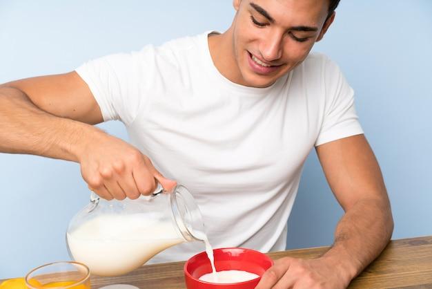 Bell'uomo a fare colazione