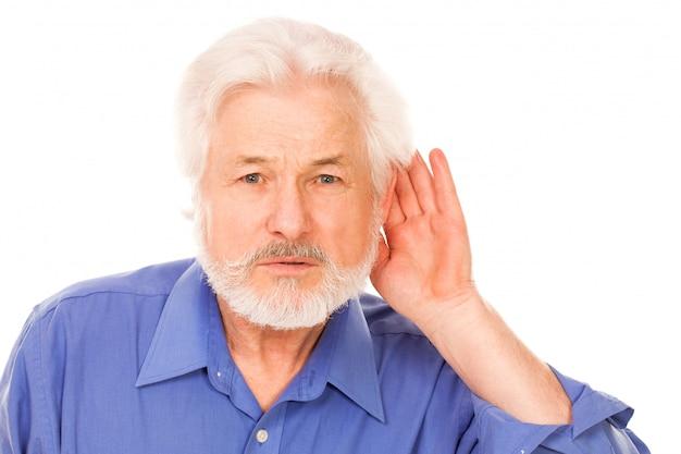 Bell'uomo anziano sordo