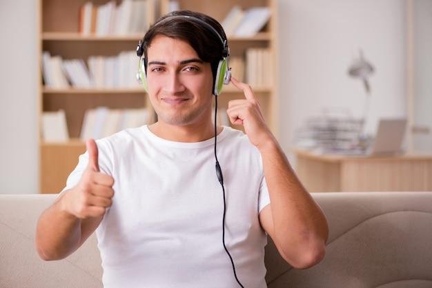 Bell'uomo ascoltando la musica