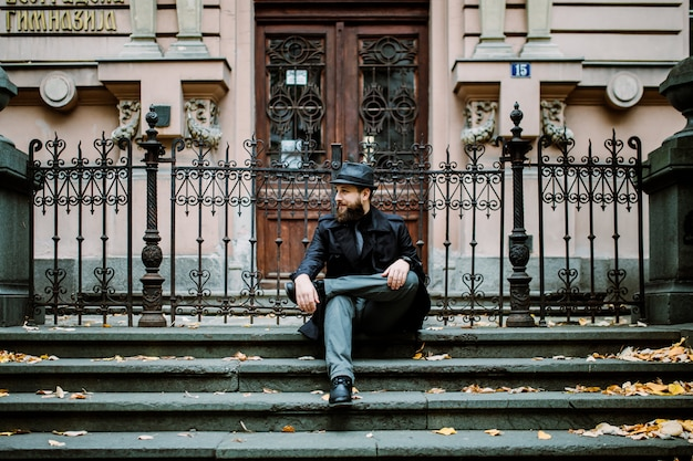 Bell'uomo barbuto con i baffi in strada. concetto di movember
