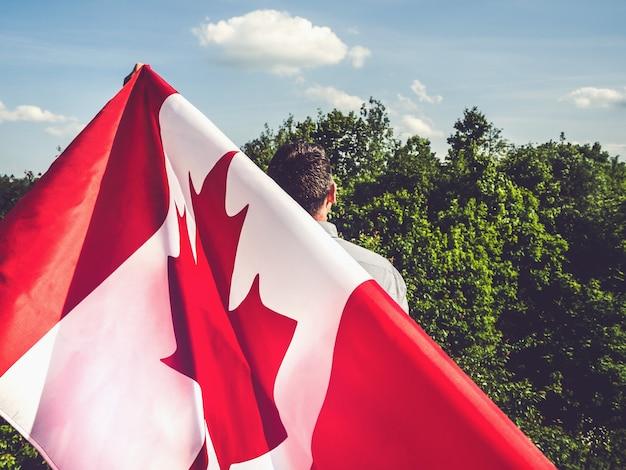 Bell'uomo con bandiera canadese
